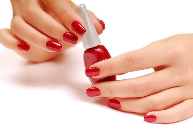 Botella roja de esmalte de uñas