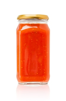 Botella de salsa de pasta aislada