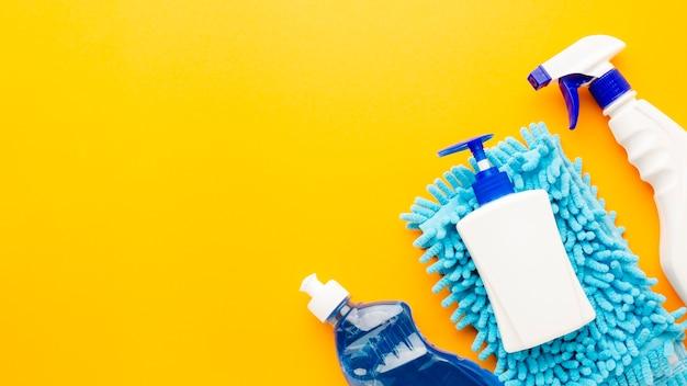 Botella de spray y productos sanitarios.