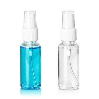 Botella de spray que contiene líquido dentro aislado en blanco