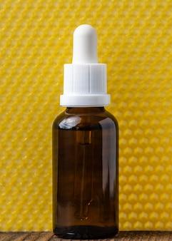 Botella de suero y fondo amarillo