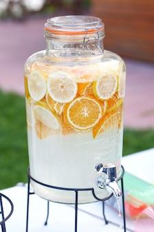 Botella, tarro de limonada casera de naranja y limón