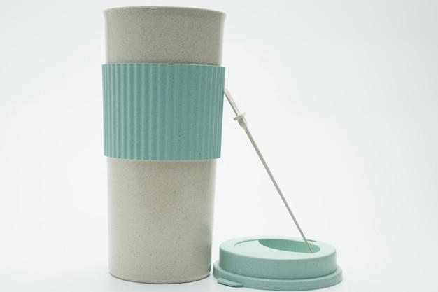Botella termo moderna aislada en el fondo blanco. café, té y botella de agua tibia. botella termo blanco y verde con etiqueta en blanco. botella aislada vaso termo viajero.