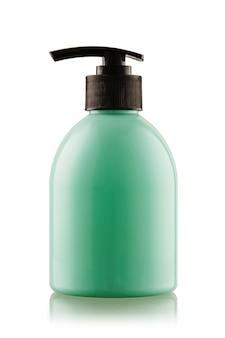 Botella turquesa de jabón líquido o gel con una bomba en un blanco aislado