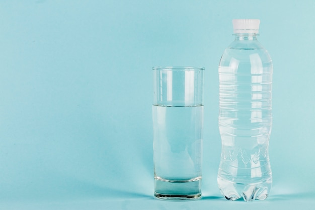 Botella y vaso de agua