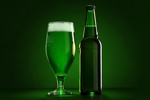 Botella y el vaso de cerveza el día de san patricio. fondo verde.