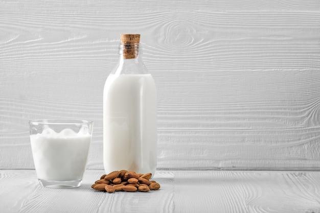 Botella y vaso con leche de almendras