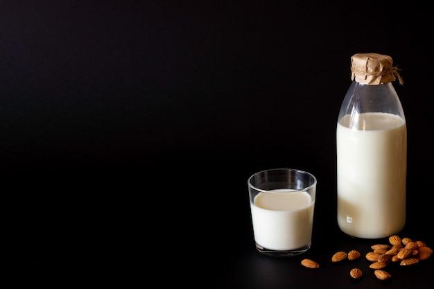 Una botella y un vaso de leche.
