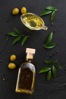 Botella y vaso llenos de aceite de oliva.