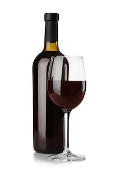 Botella y vaso con vino tinto sobre blanco