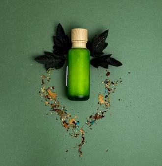 Botella verde de crema herbal natural para mujeres.