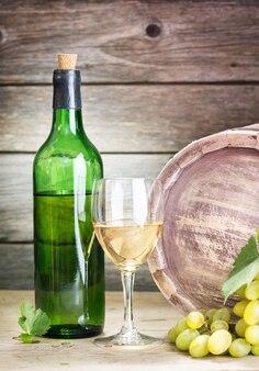 Botella de vid sobre fondo de madera