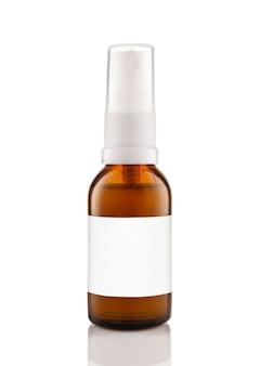 Botella de vidrio ámbar cosmético oscuro con etiqueta blanca aislada en la pared blanca.