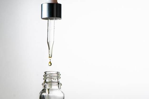 Botella de vidrio con gotero.