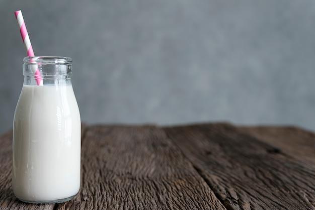 Botella de vidrio de leche fresca natural