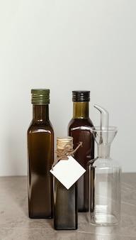 Botella de vidrio oscuro reutilizable. el embalaje ecológico es reutilizable.
