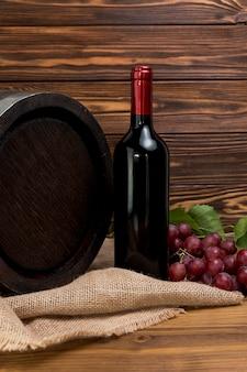 Botella de vino con barril