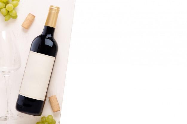 Botella de vino blanco con etiqueta. copa de vino y corcho. maqueta de botella de vino.