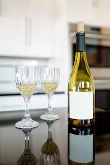 Botella de vino blanco en la mesa de la cocina