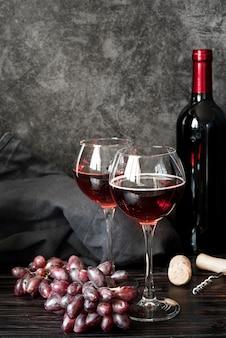 Botella de vino y copas de vista frontal