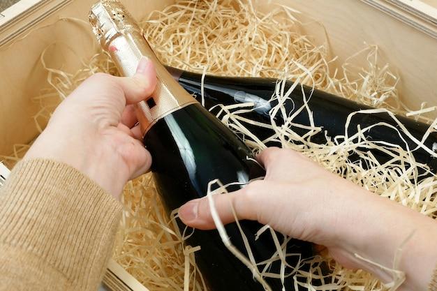 Botella de vino de élite caro en una caja de madera