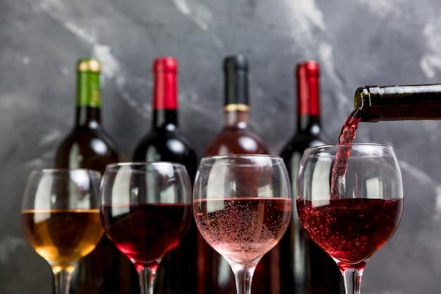 Botella de vino llenando copa