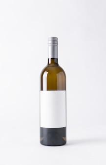 Botella de vino para maqueta. etiqueta en blanco sobre un fondo gris.