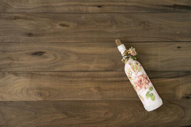 Botella de vino en la mesa de madera. estilo vintage de botella de vino con objeto de decoración retro.