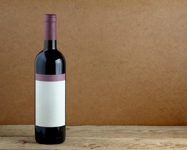 Botella de vino en mesa de madera.