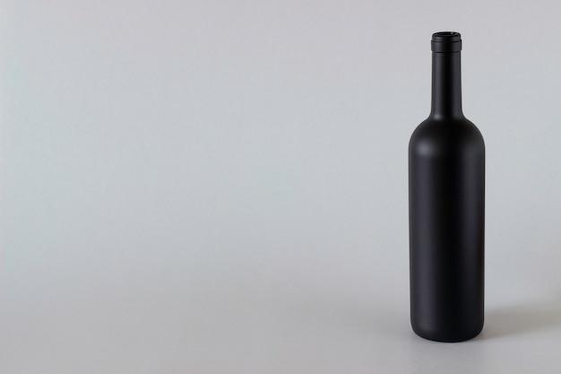 Botella de vino negro