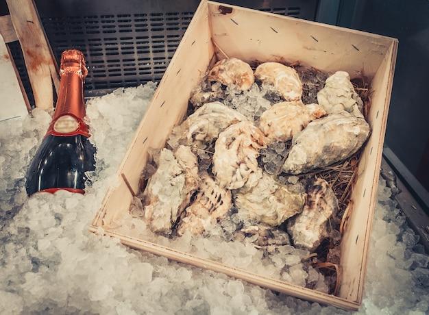 Botella de vino y ostras