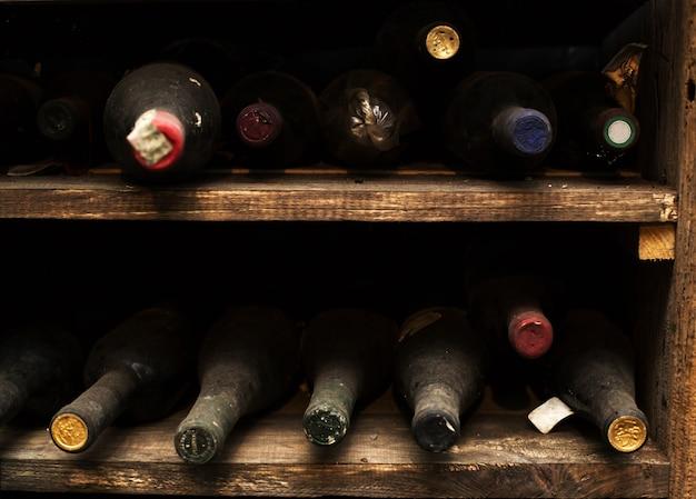 Botella de vino polvoriento vintage
