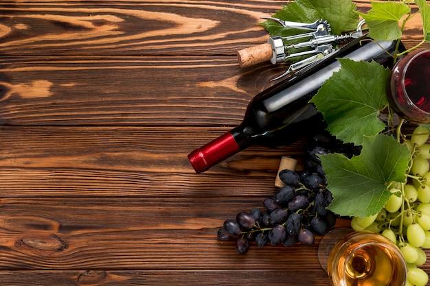 Botella de vino sobre fondo de madera