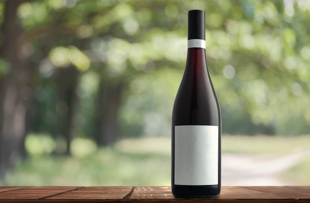 Botella de vino sobre un fondo natural.
