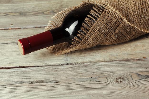 Botella de vino sobre mesa de madera