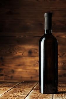 Botella de vino sobre pared de madera.