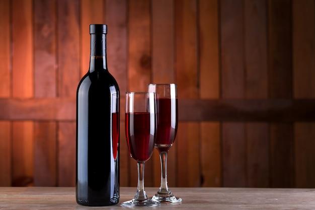 Botella de vino tinto y 2 copas.