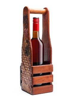 Botella de vino tinto en una bo de madera hecha a mano.