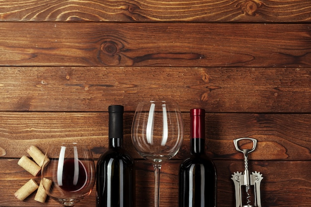 Botella de vino tinto, copa de vino y sacacorchos