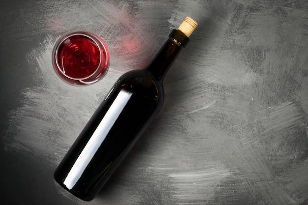 Botella de vino tinto sobre un fondo de madera