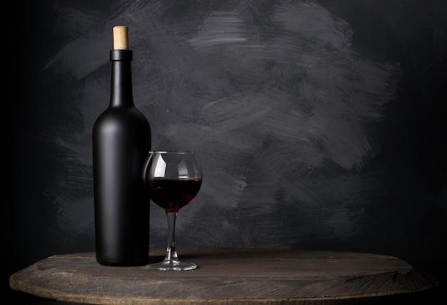 Botella de vino tinto sobre madera.