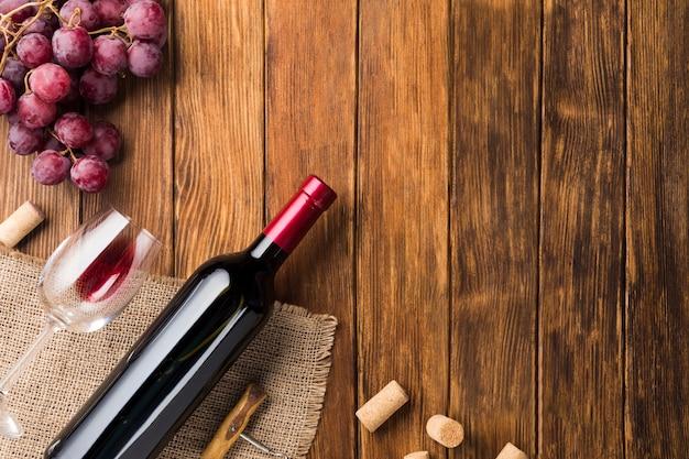Botella de vino tinto y uvas.