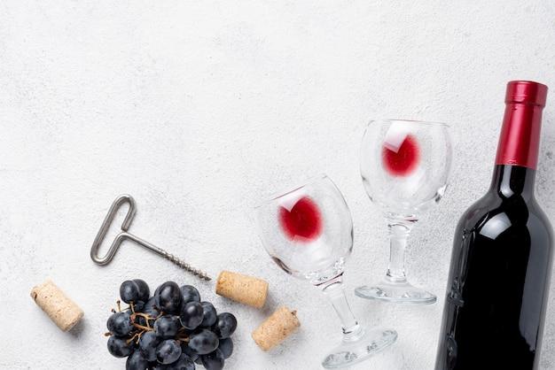 Botella de vino tinto y vasos en la mesa