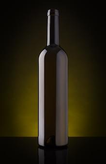 Botella de vino vacía sin etiqueta. sobre un fondo oscuro