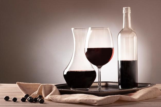 Botella de vino con vaso y jarra