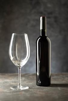 Botella de vino y vidrio sobre una mesa