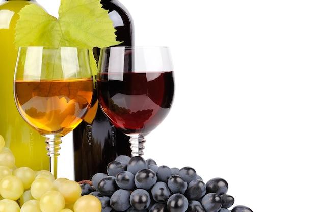 Botella de vino, vidrio y uvas aislado en blanco