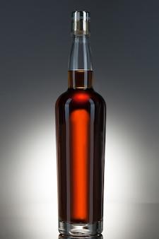 Botella de whisky llena