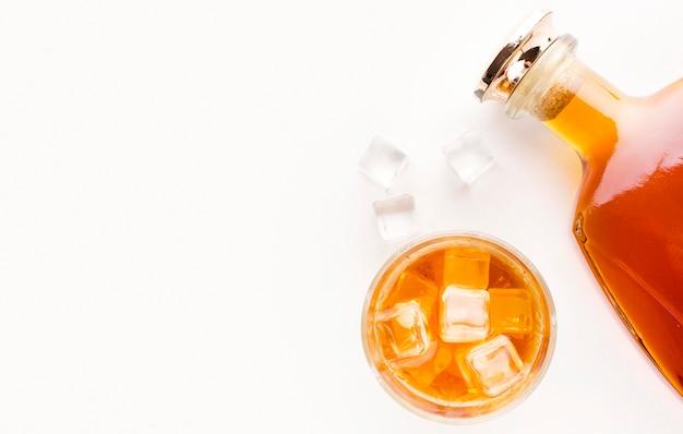 Botella de whisky de vista superior con vidrio y espacio de copia