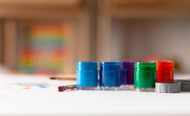 Botellas abiertas de color y pincel del cartel